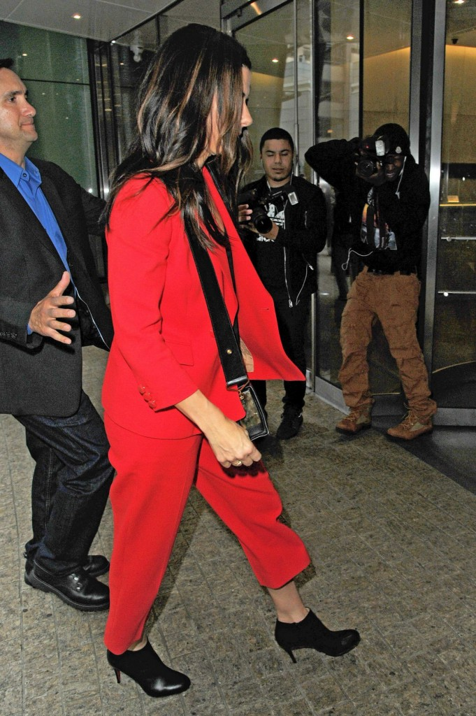 sandra-bullock-at-the-office-building-in-midtown_4