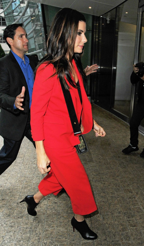 sandra-bullock-at-the-office-building-in-midtown_9