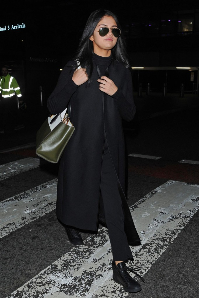 selena-gomez-at-london-s-heathrow-airport-november-2015_12