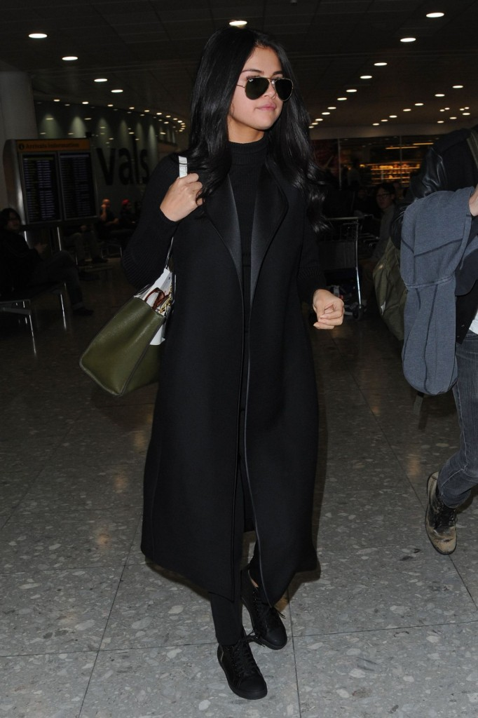 selena-gomez-at-london-s-heathrow-airport-november-2015_3