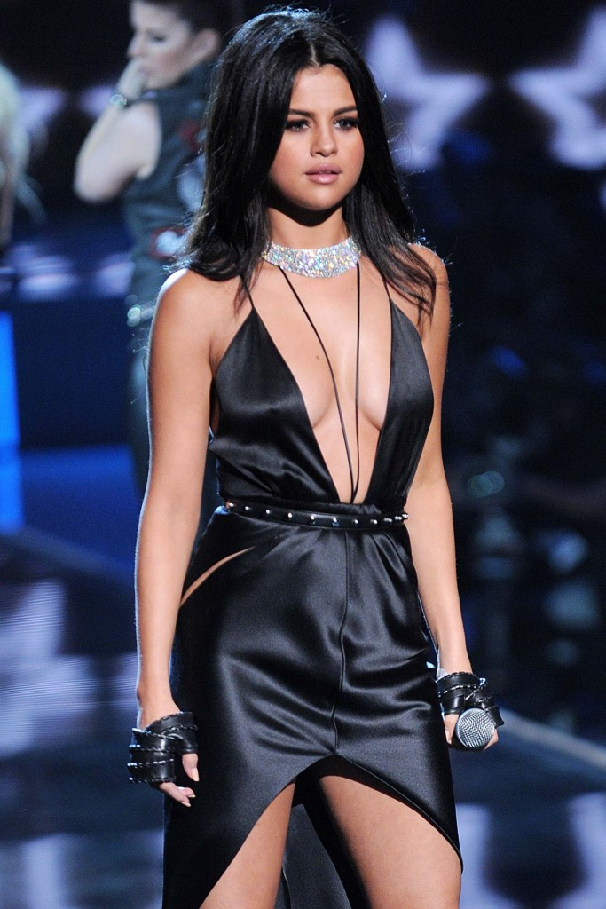 selena-gomez-performs-at-victoria-s-secret-fashion-show-in-nyc-november-2015_1