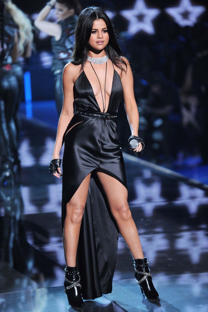 selena-gomez-performs-at-victoria-s-secret-fashion-show-in-nyc-november-2015_25