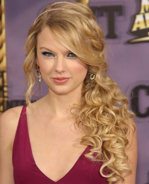 taylor-swift-curly-side-ponytail-2016