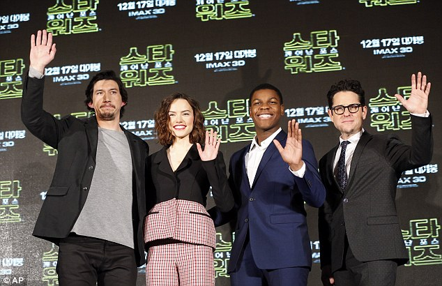 daisy-ridley-in-christian-dior-giambattista-valli-couture-star-wars-the-force-awakens-seoul-press-conference-fan-event