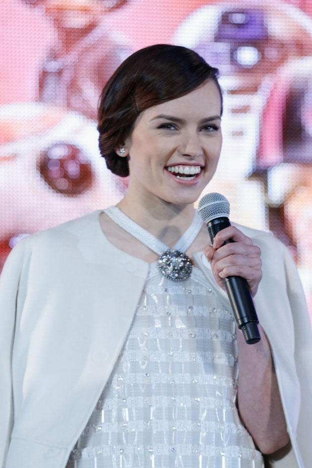 daisy-ridley-in-chanel-star-wars-the-force-awakens-tokyo-premiere