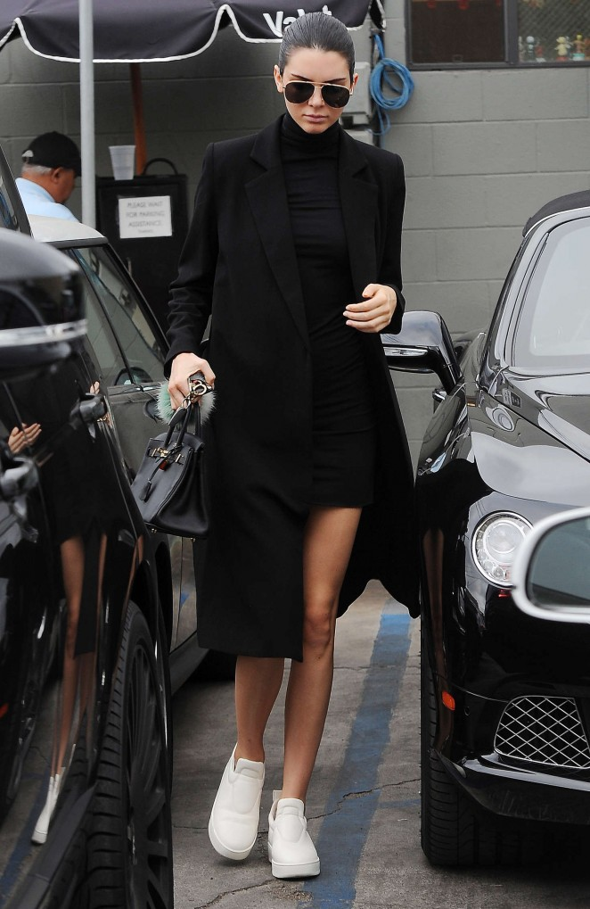 Kendall-Jenner--Joans-on-Third-in-LA--07-662x1019