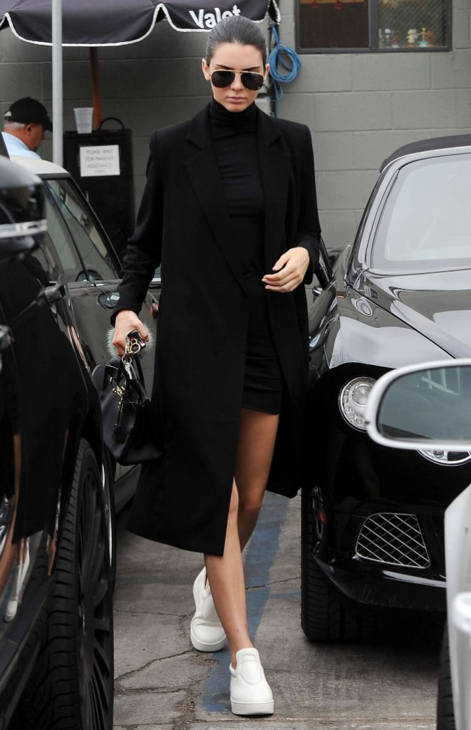 Kendall-Jenner--Joans-on-Third-in-LA--10-662x1026