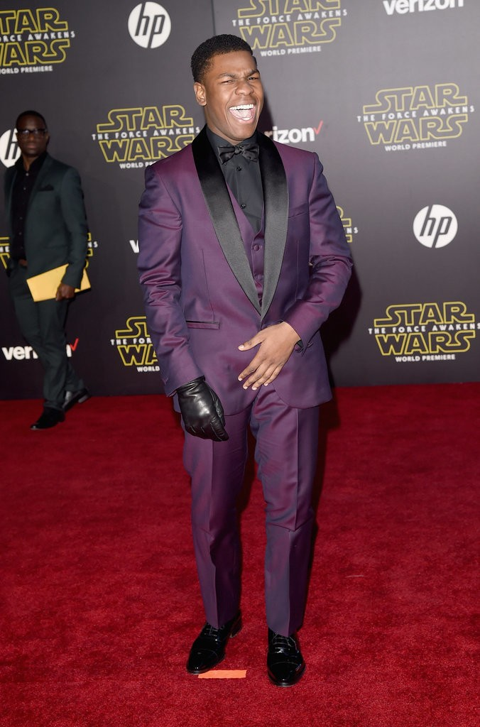 john-boyega-in-versace-at-star-wars-the-force-awakens-la-premiere