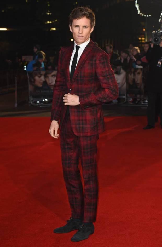 eddie-redmayne-in-valentino-suit-the-danish-girl-london-premiere