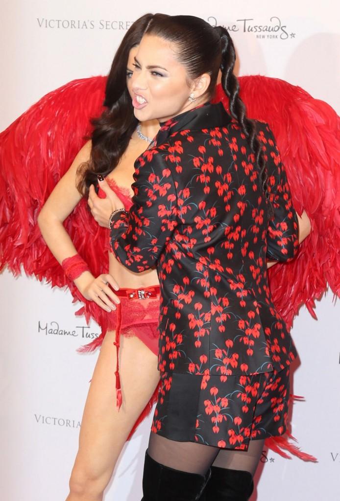 adriana-lima-unveils-her-madame-tussauds-wax-figure-in-new-york-november-2015_9
