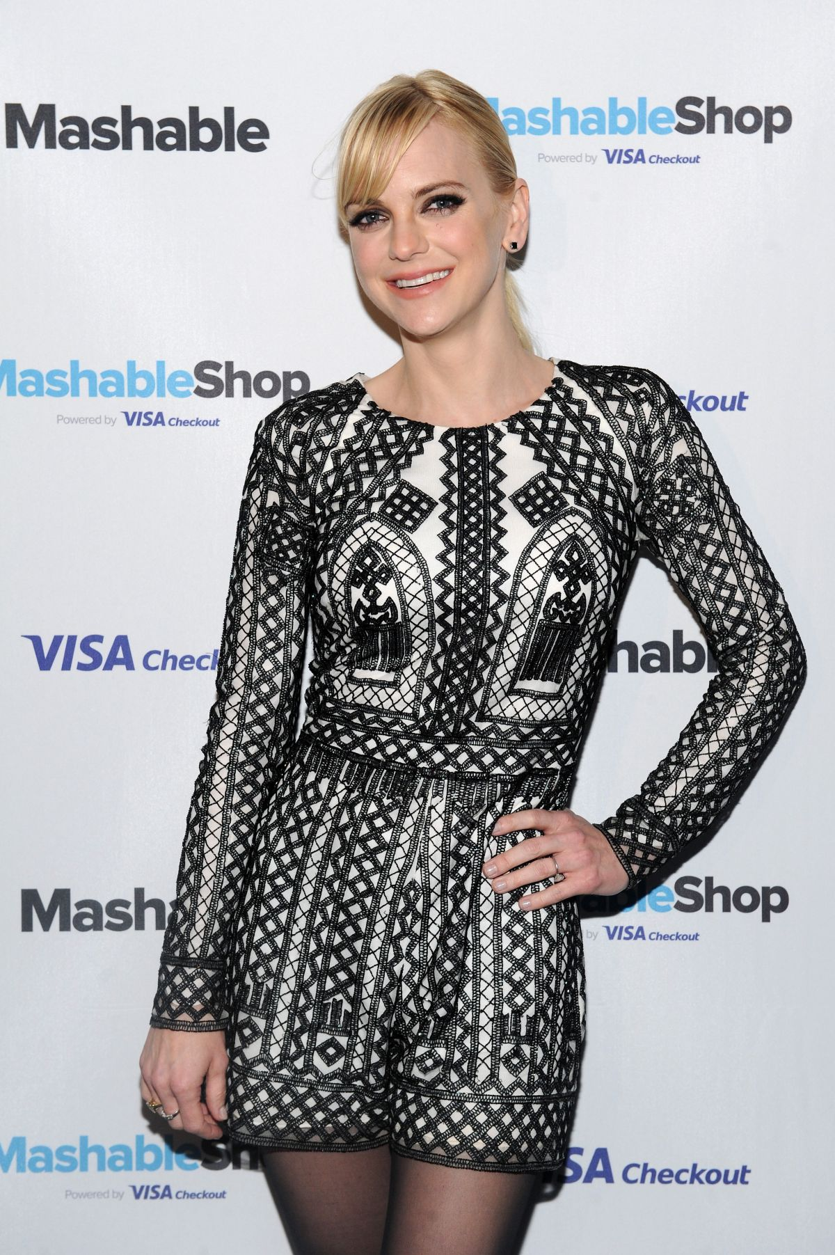 anna-faris-at-mashable-shop-launch-event-in-new-york-12-15-2015_1