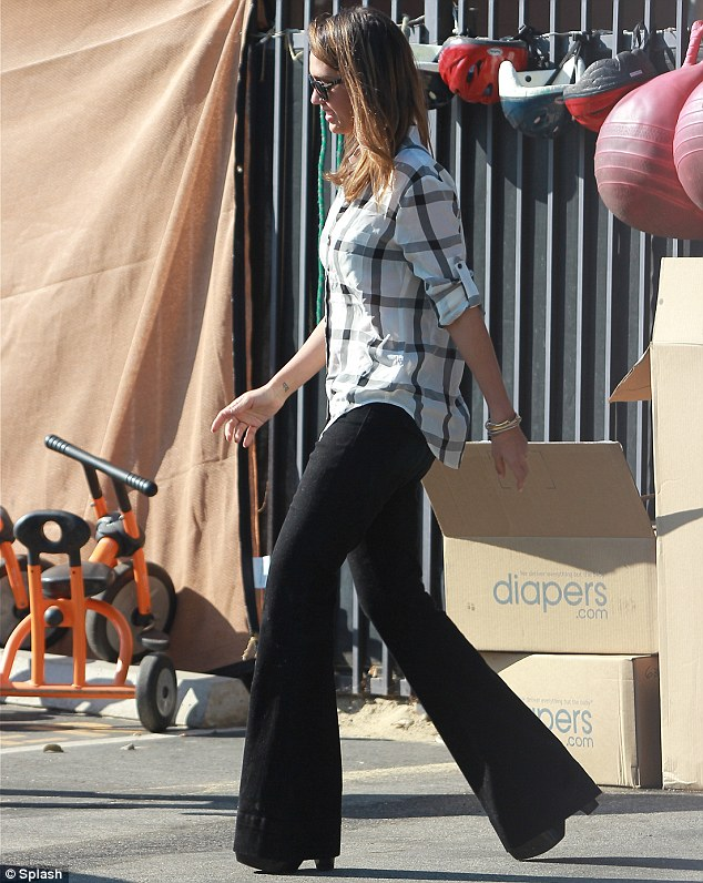 jessica-alba-in-flared-pants