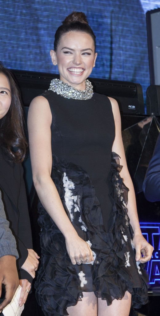 daisy-ridley-fan-meeting-for-the-force-awakens-world-tour-in-seoul-december-2015_12