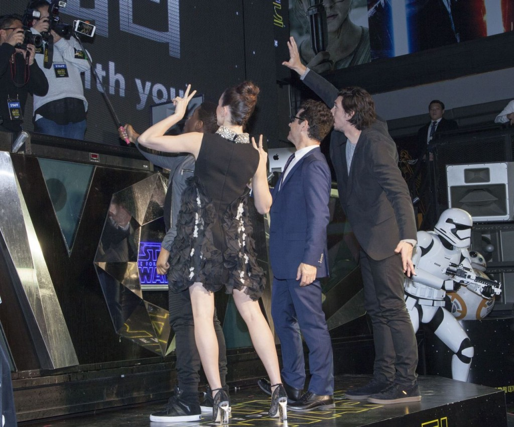 daisy-ridley-fan-meeting-for-the-force-awakens-world-tour-in-seoul-december-2015_17