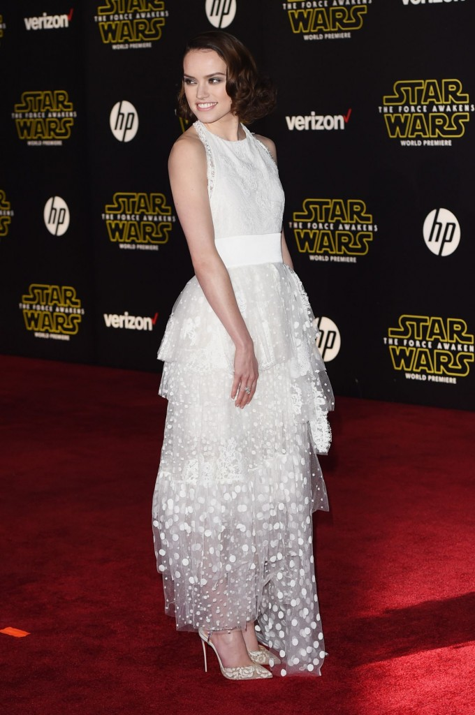daisy-ridley-star-wars-the-force-awakens-premiere-in-hollywood_10