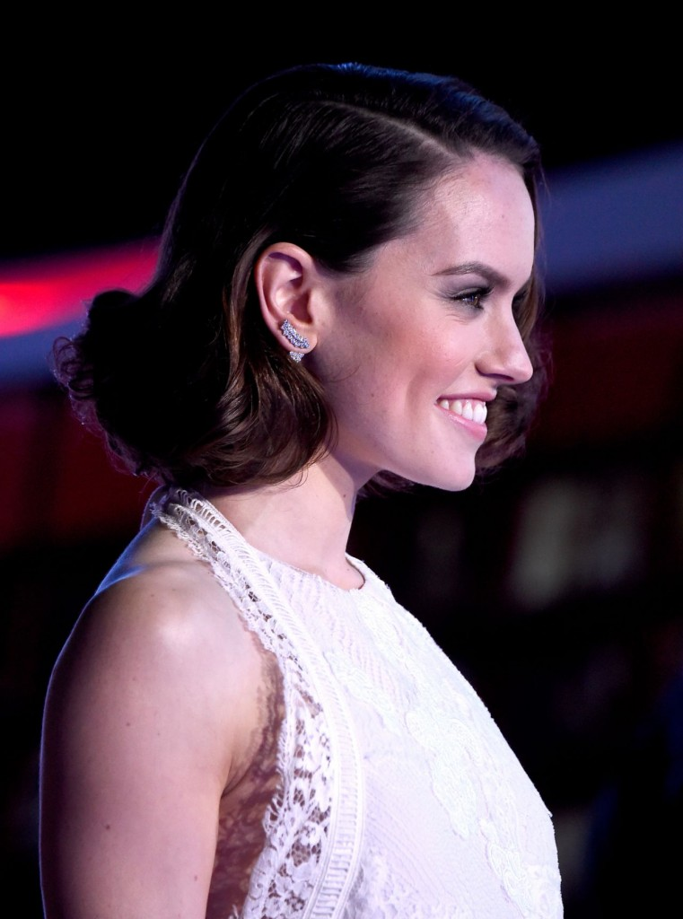 daisy-ridley-star-wars-the-force-awakens-premiere-in-hollywood_8