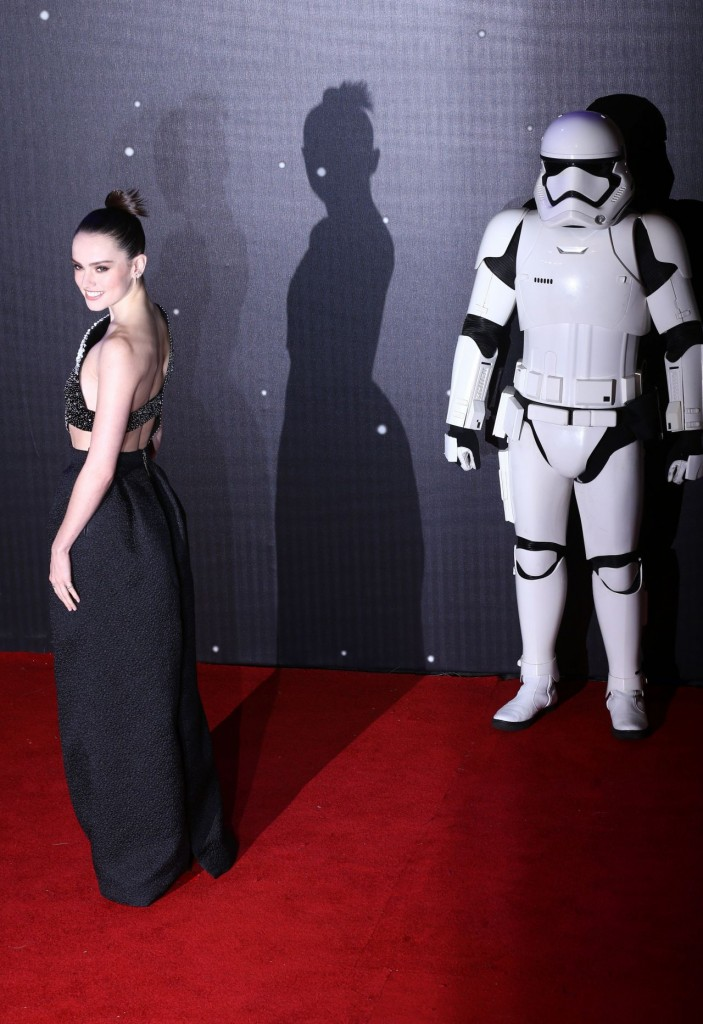 daisy-ridley-star-wars-the-force-awakens-premiere-in-london_2