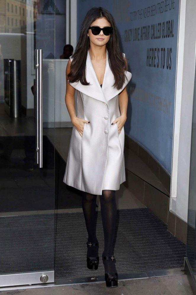 selena-gomez-in-sleeveless-coat