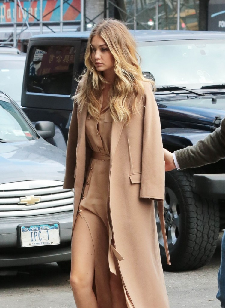 gigi-hadid-at-live-with-kelly-michael-in-new-york-city-12-8-2015_10