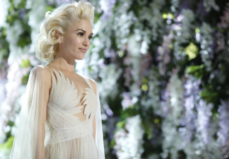 gwen-stefani-in-marchesa -Voice-performance