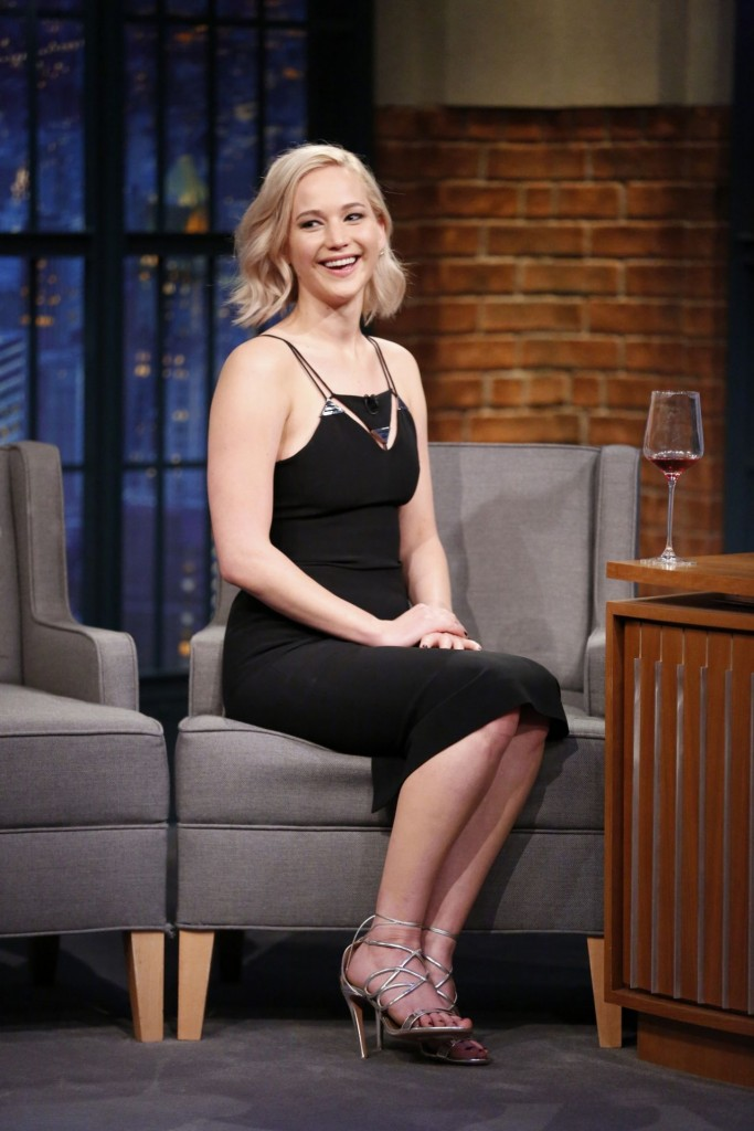 jennifer-lawrence-late-night-with-seth-meyers-in-new-york-city-december-15-2015_1