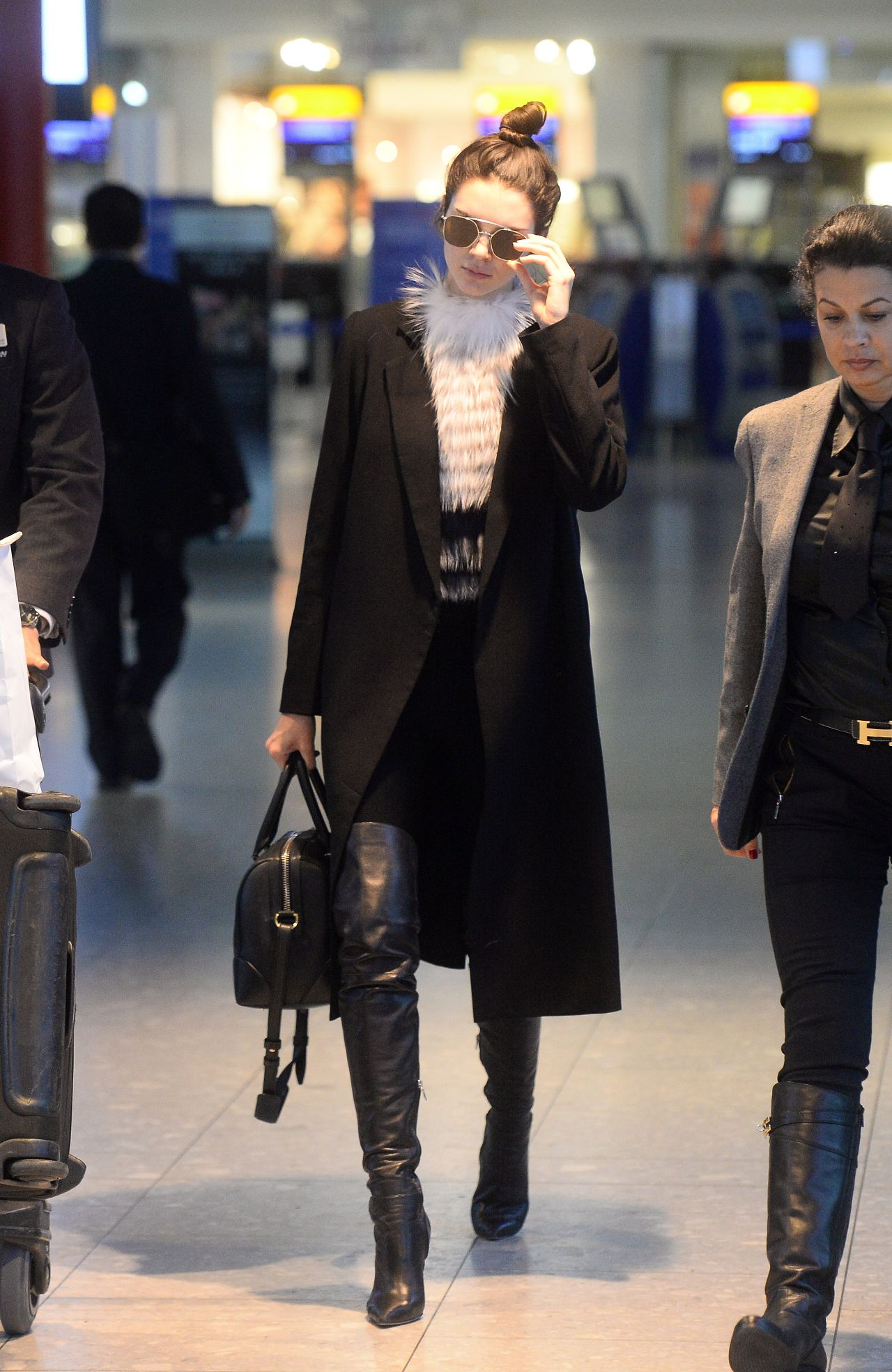 kendall-jenner-arriving-at-london-heathrow-airport-december-2015_1
