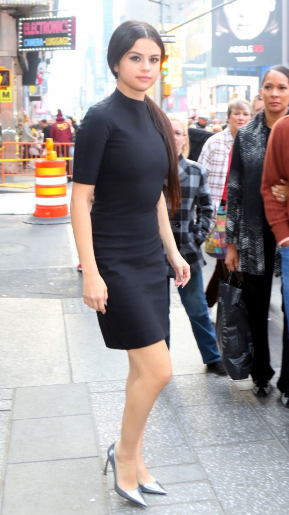 selena-gomez-in-black-dress-out-in-nyc-12-11-2015_1