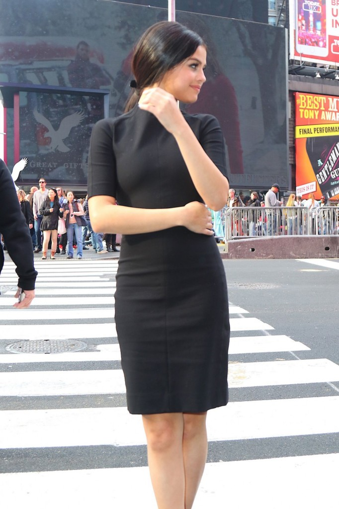 selena-gomez-in-black-dress-out-in-nyc-12-11-2015_13