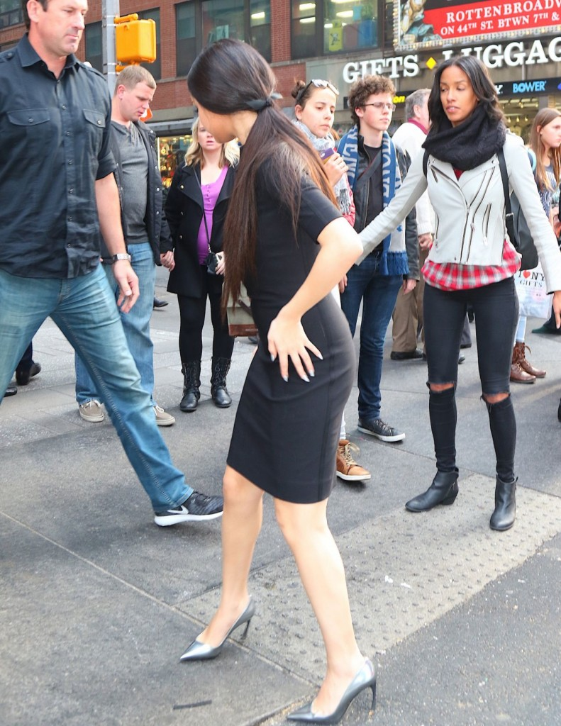 selena-gomez-in-black-dress-out-in-nyc-12-11-2015_8