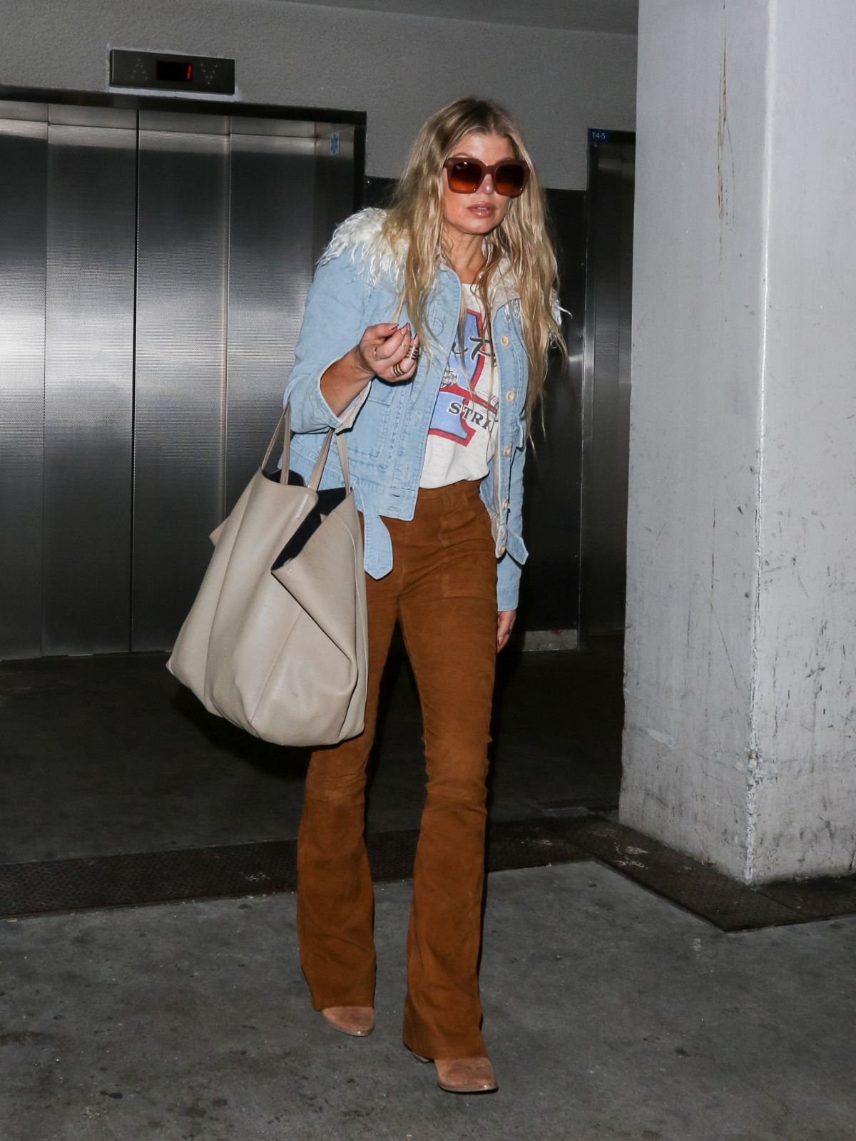 stacy-fergie-ferguson-at-lax-airport-in-los-angeles-10-21-2015_4