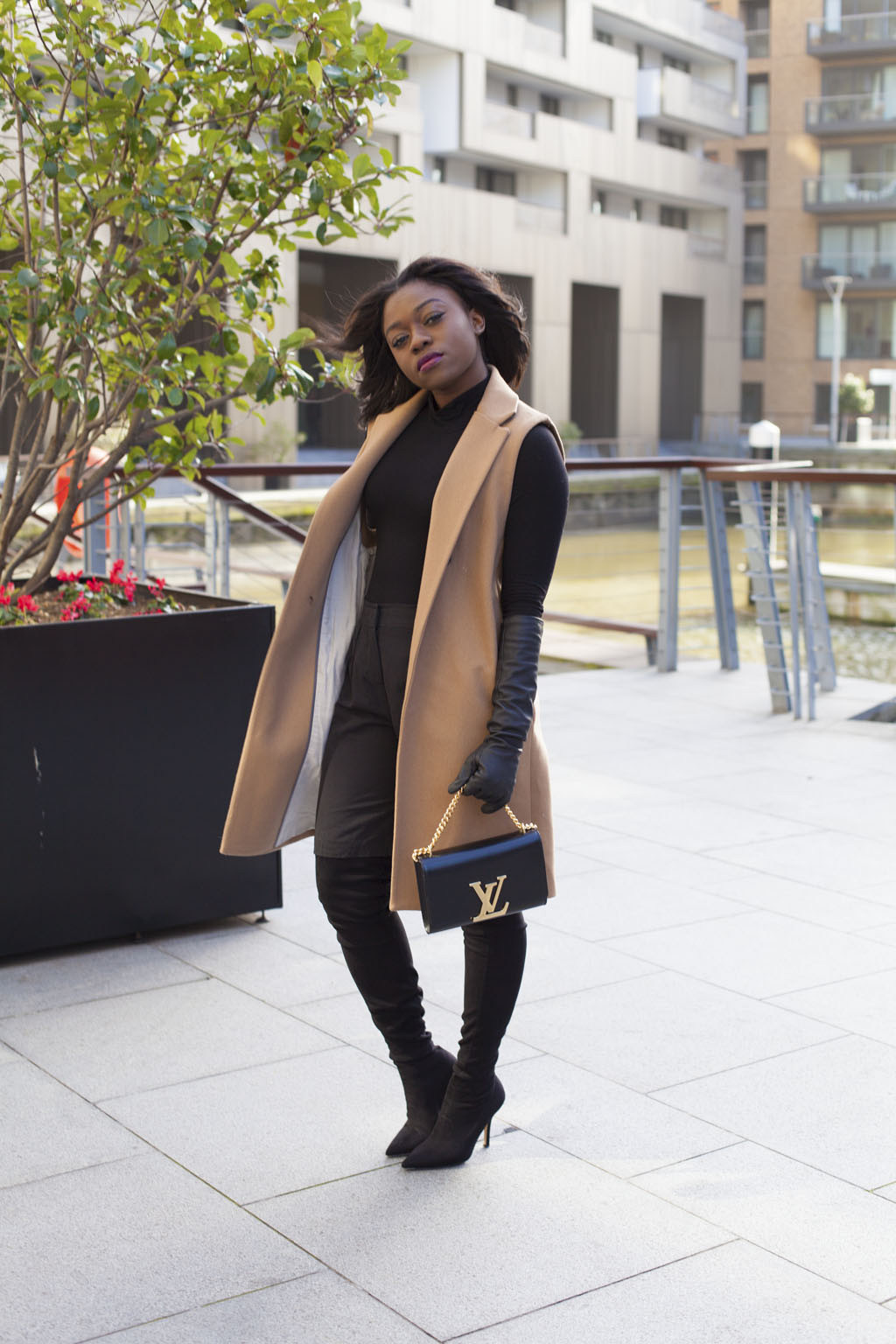 tan-sleeveless-coat-black-turtleneck-louis-vuitton-chain-louise-bag-mirror-me-4