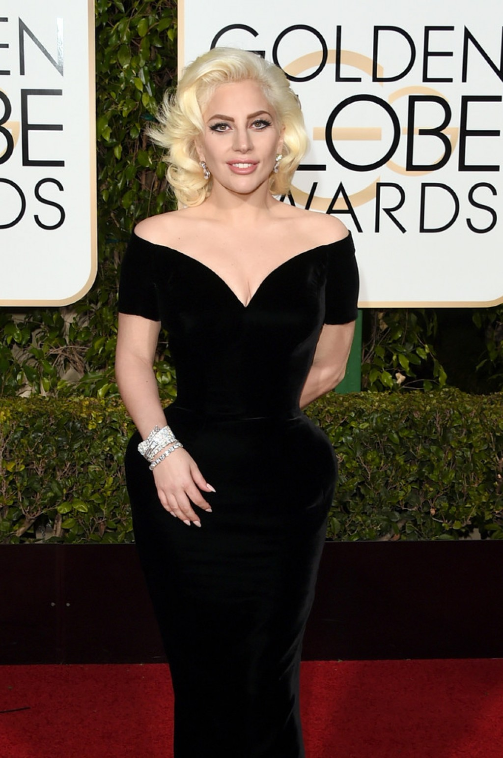 2016-Golden-Globes-Awards-Lady-Gaga-Atelier-Versace-1024x1542