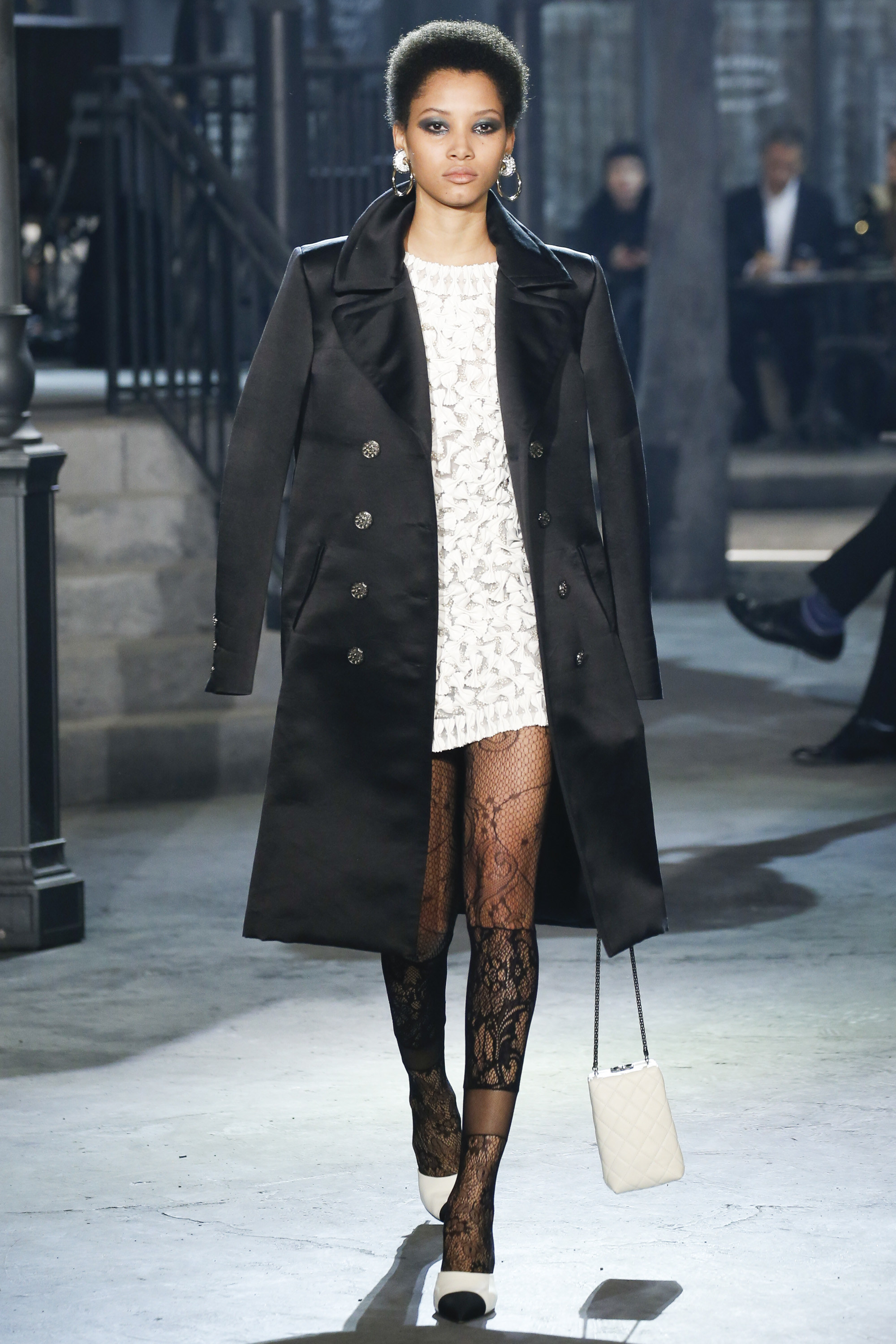 http://www.vogue.com/fashion-shows/pre-fall-2016/chanel/slideshow/collection#5