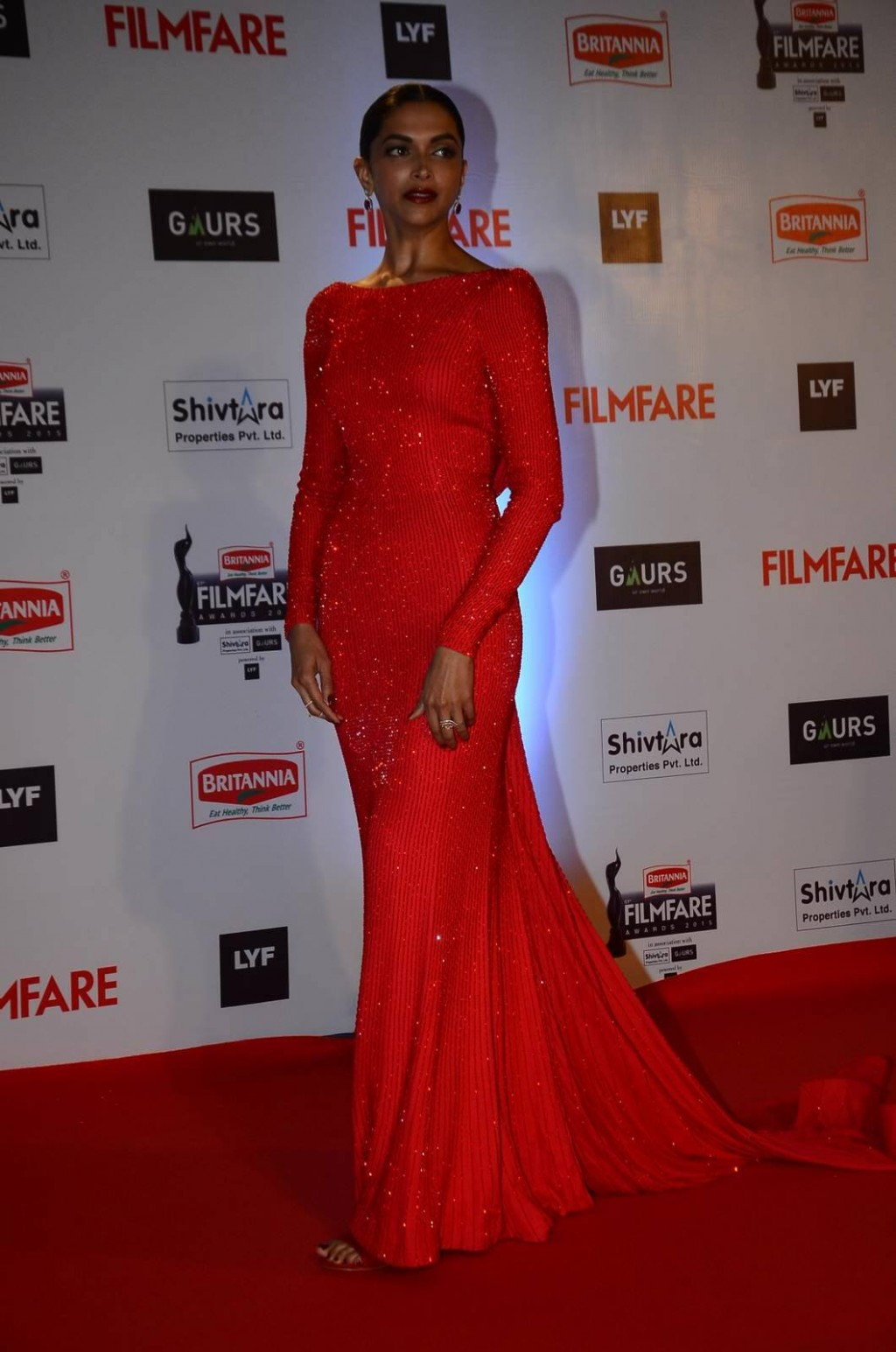 deepika-padukone-wears-ralph-russo-to-61st-britannia-filmfare-awards