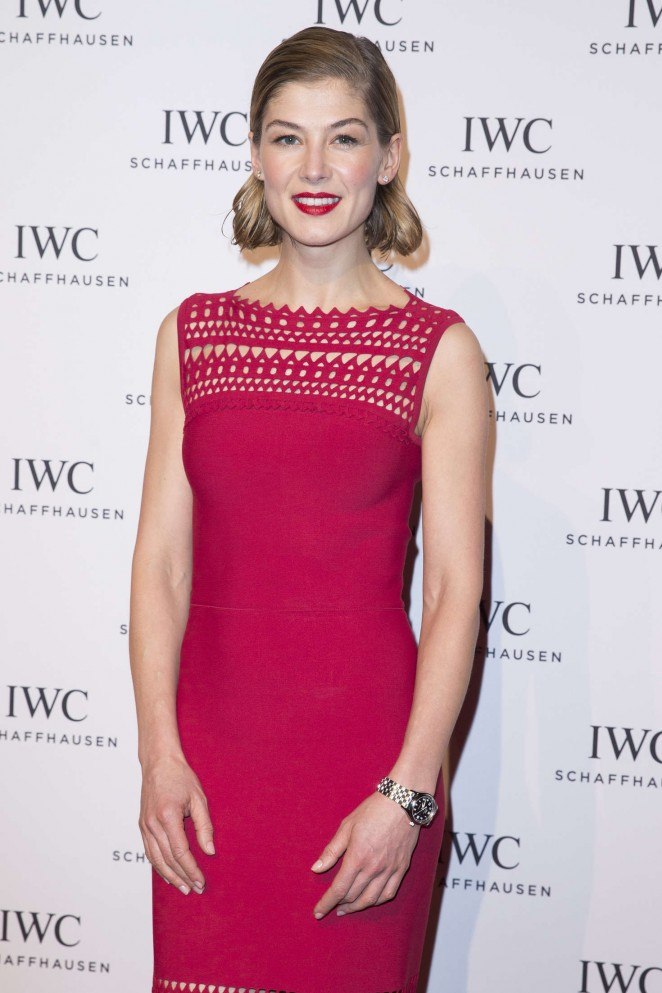 Rosamund-Pike--Gala-Dinner-Photocall-as-Part-of-SIHH--05-662x993