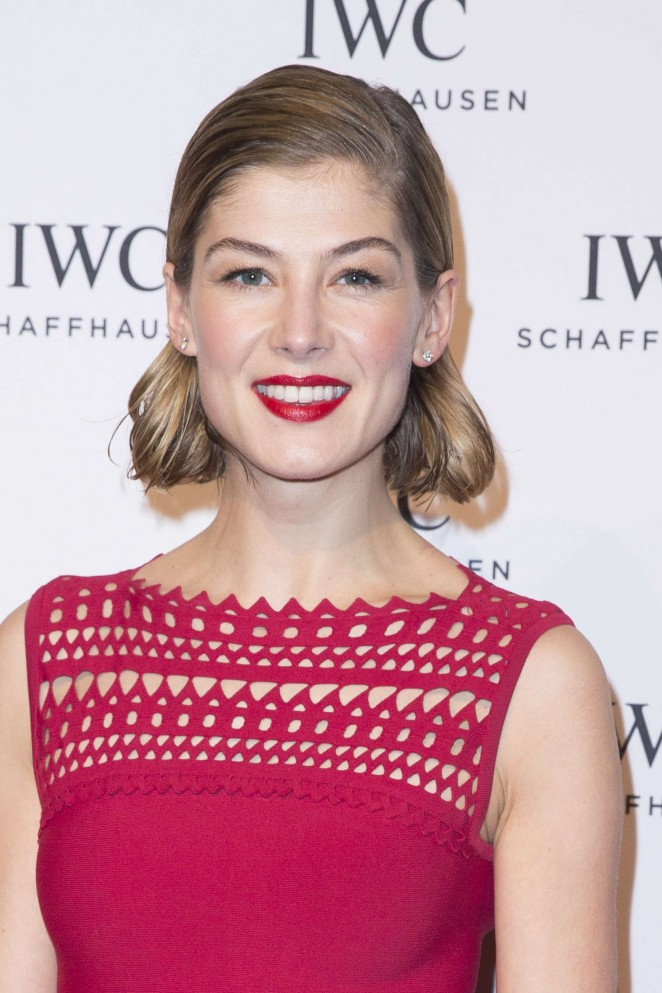 Rosamund-Pike--Gala-Dinner-Photocall-as-Part-of-SIHH--08-662x993