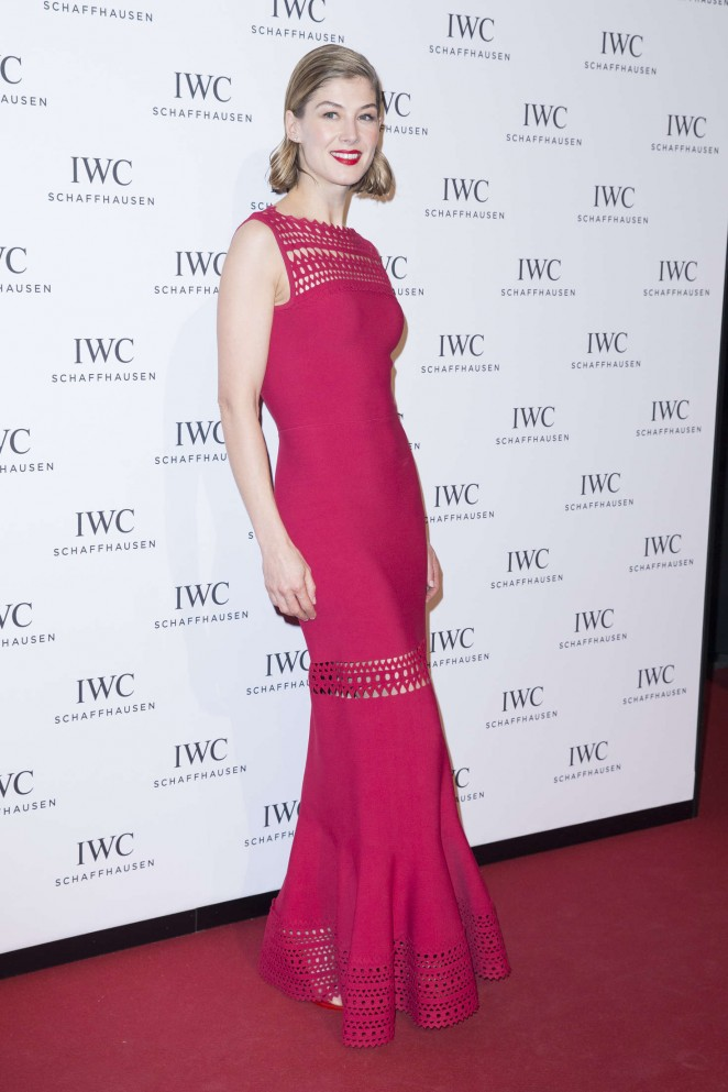 Rosamund-Pike--Gala-Dinner-Photocall-as-Part-of-SIHH--09-662x993