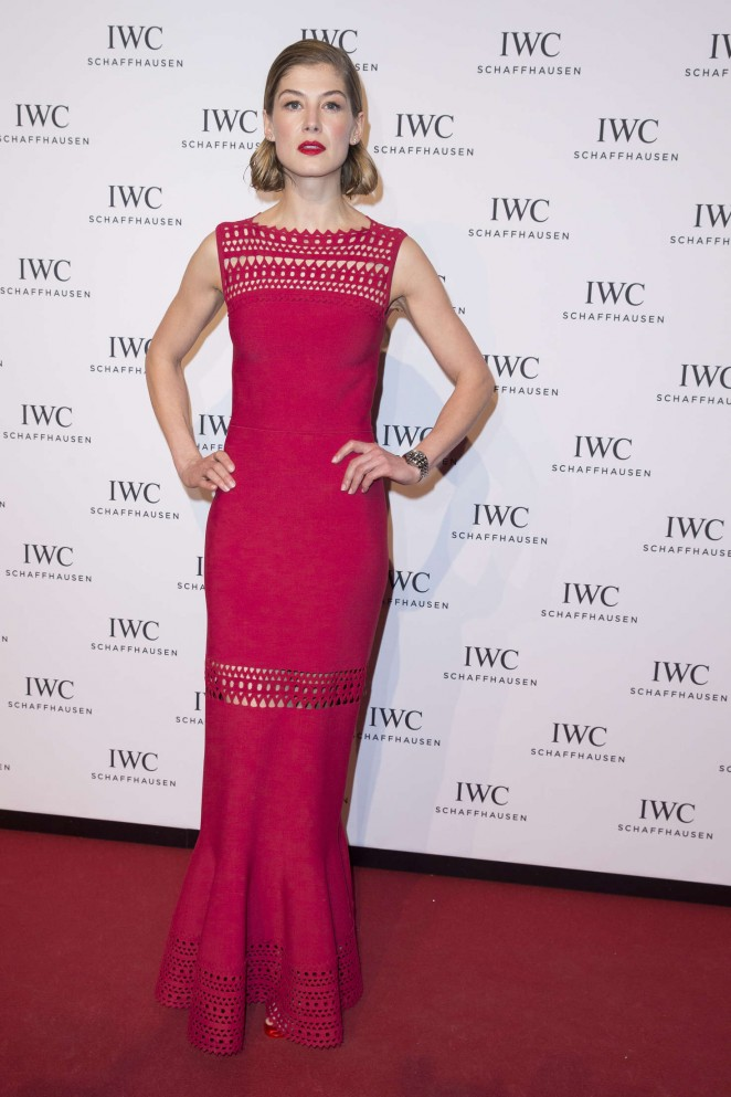 Rosamund-Pike--Gala-Dinner-Photocall-as-Part-of-SIHH--14-662x993