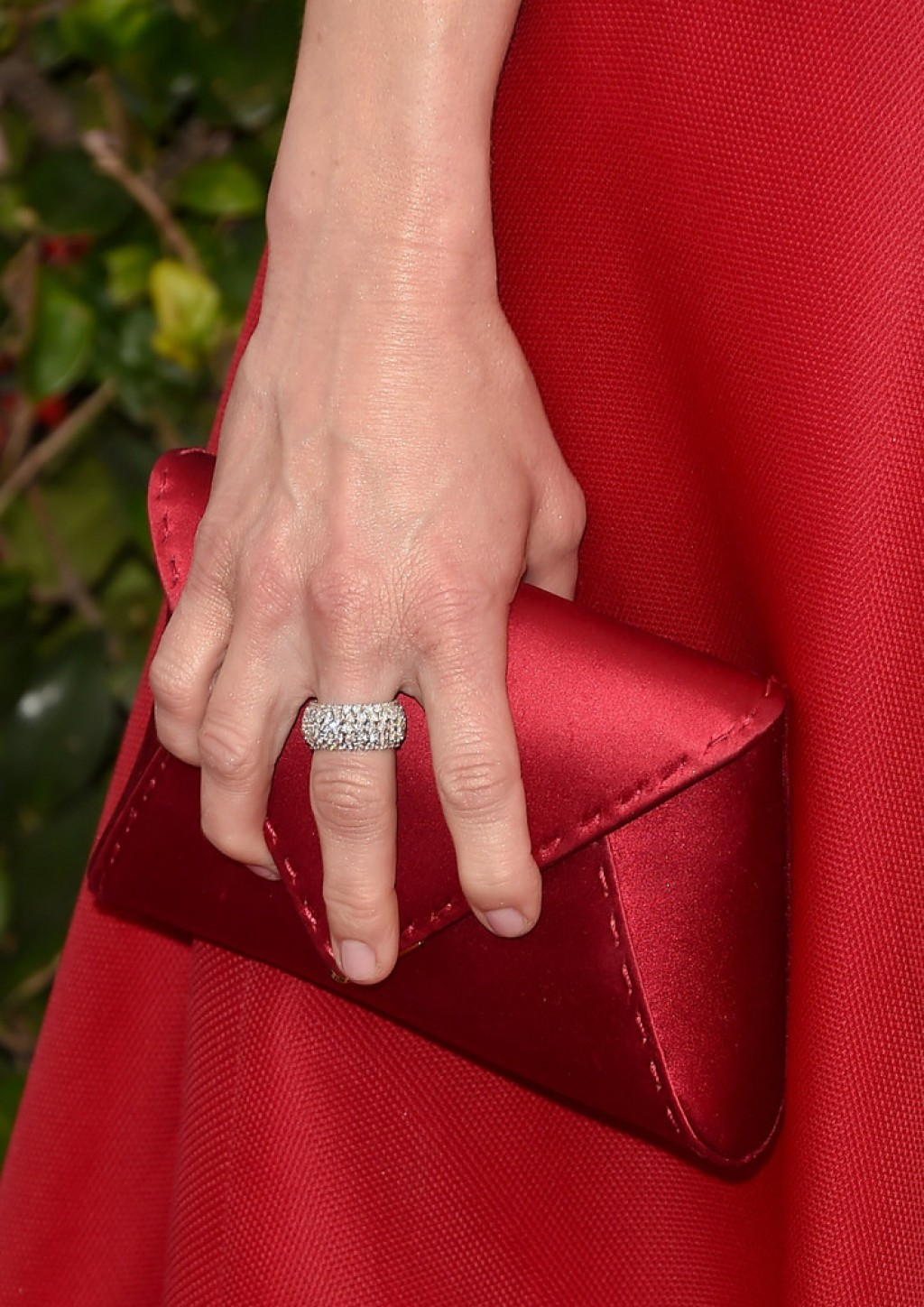 anna-faris-2016-sag-ring-and-clutch-1024x1448