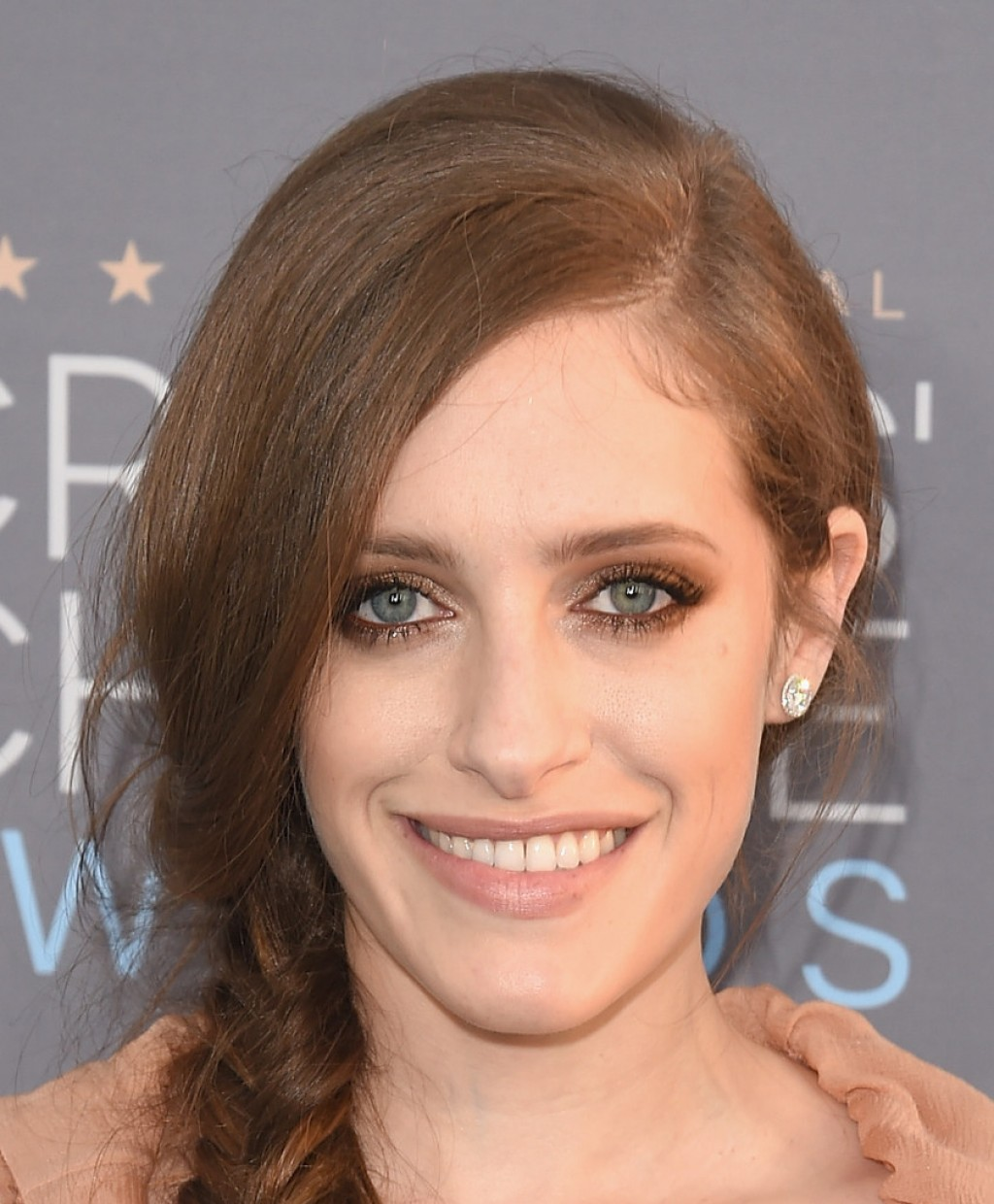 carly-chaikin-critics-choice-awards-chloe-makeup-1024x1240