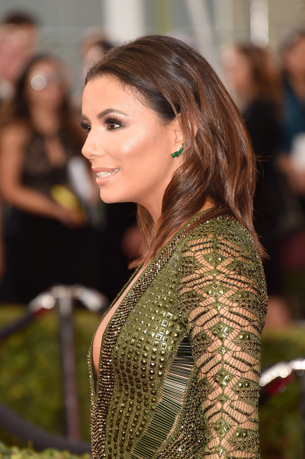 eva-longoria-2016-sag-green-earrings-1024x1542