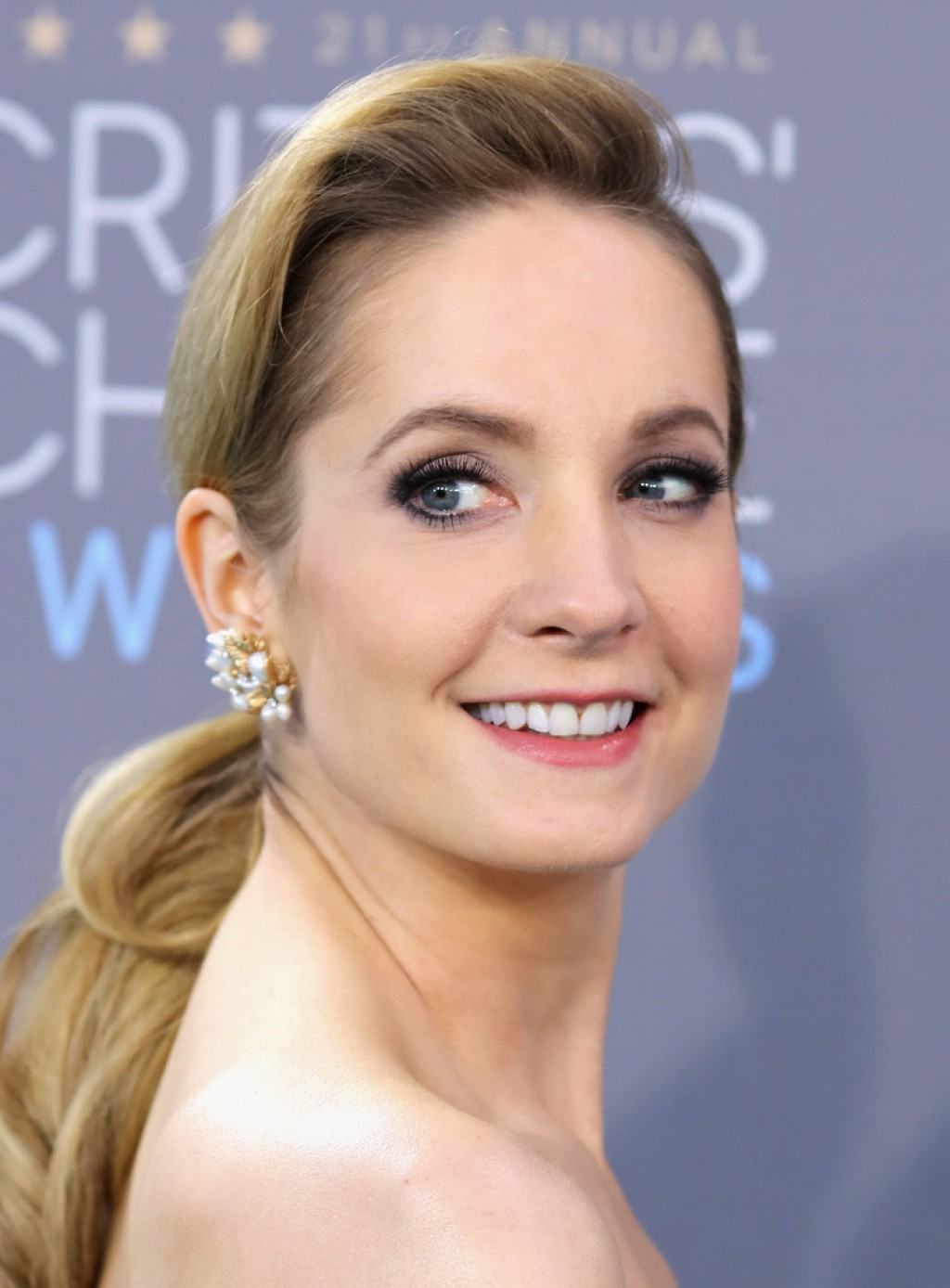 joanne-froggatt-critics-choice-awards-makeup-1024x1388