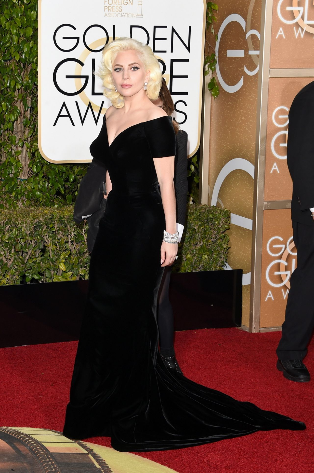 lady-gaga-2016-golden-globe-awards-in-beverly-hills-9