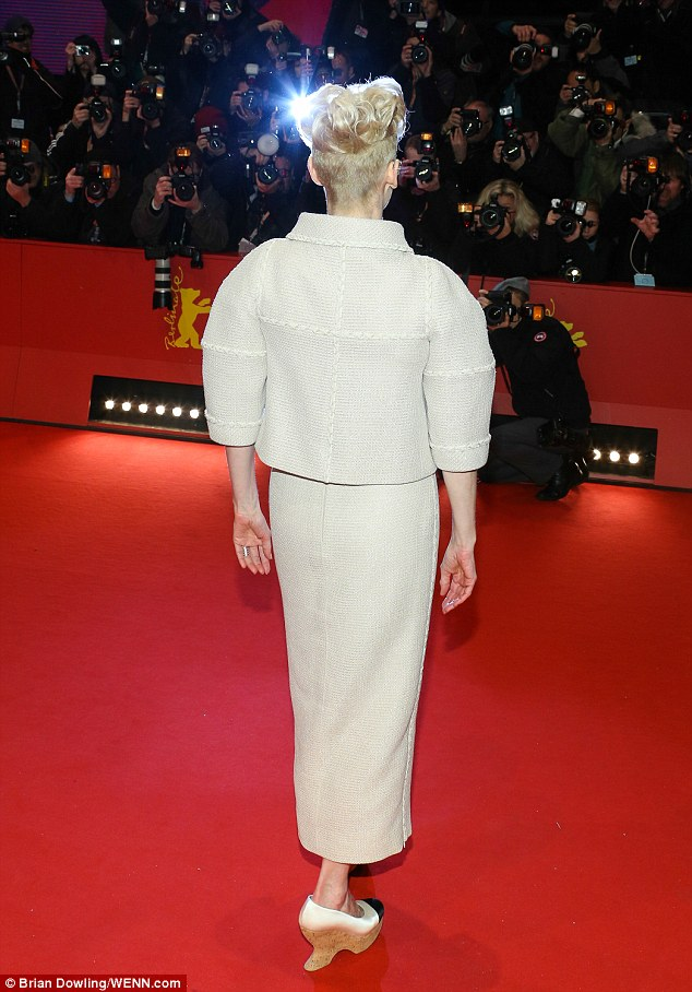 tilda-swinton-in-chanel-couture-at-the-hail-caesar-66th-berlin-film-premiere-opening-ceremony-image-a-32_1455222171271
