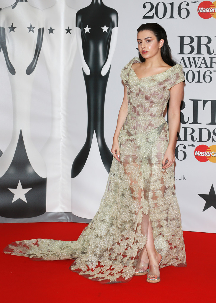 charli-xcx-2016-brit-awards-vivienne-westwood-look