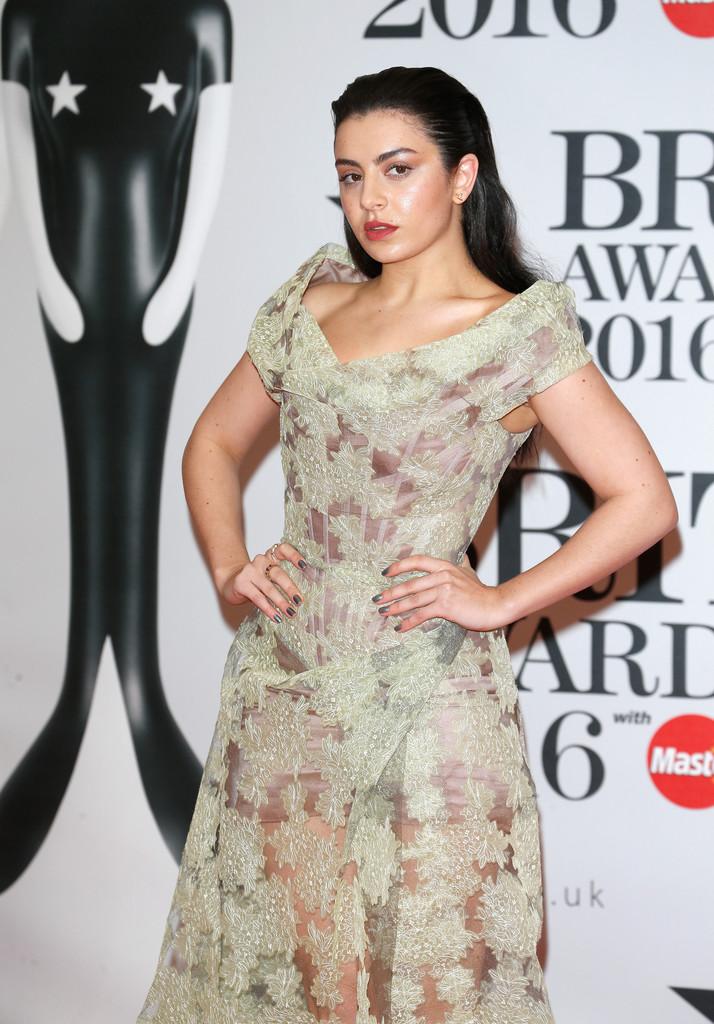 charli-xcx-2016-brit-awards-vivienne-westwood-style