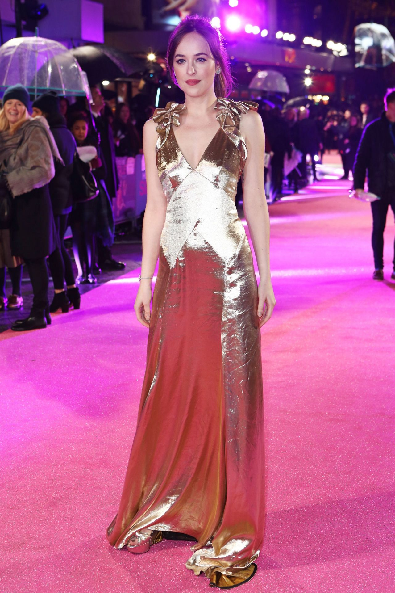 dakota-johnson-how-to-be-single-premiere-in-london-1