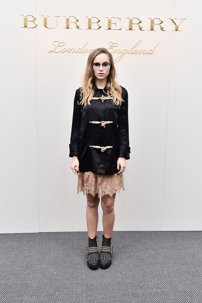 suki-waterhouse-burberry-london-fashion-week-aw16-dress