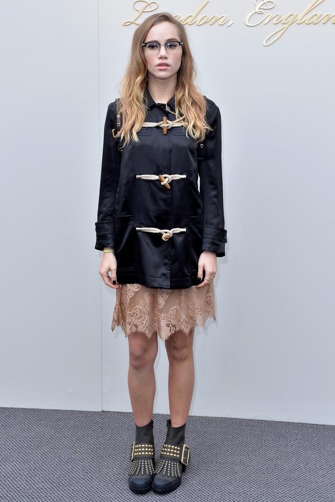 suki-waterhouse-burberry-london-fashion-week-aw16-look