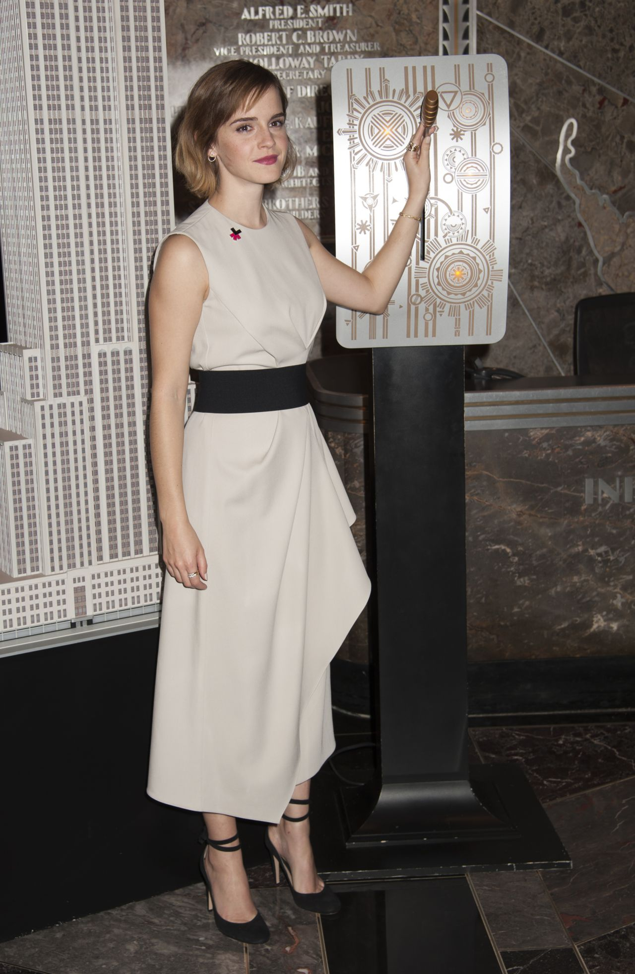 emma-watson-lights-the-empire-state-building-for-international-women-s-day-in-nyc-march-8-2016-1
